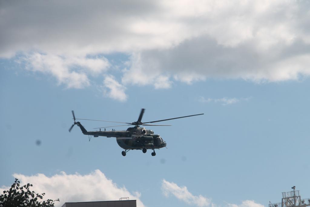 почему летает вертолет над москвой сейчас телефоны