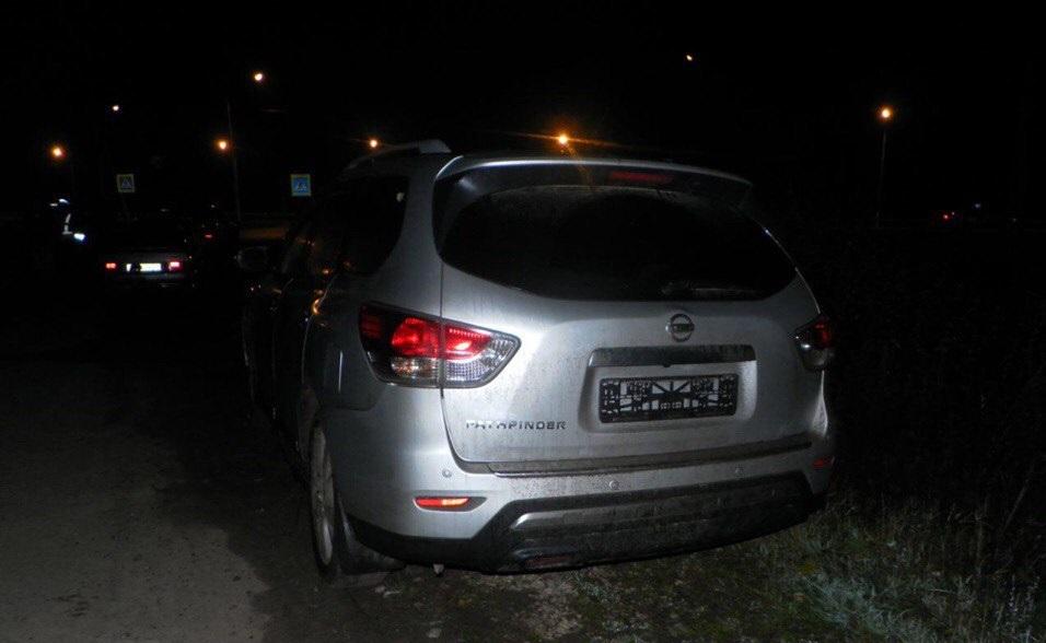 ВЧебоксарах иностранная машина сбила пешеходов натротуаре, шофёр исчез