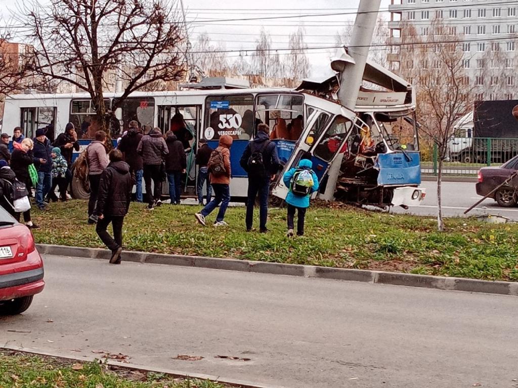 В Чебоксарах троллейбус на высокой скорости врезался в ...