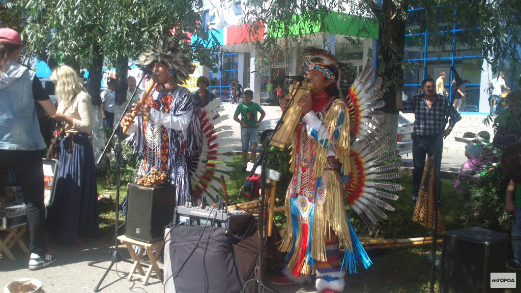 Индейцев, которые пели на улицах Чебоксар и Новочебоксарска, депортируют в Америку