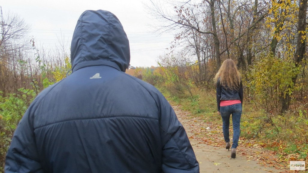 Пацан сзади напал на девушку в лесу #15