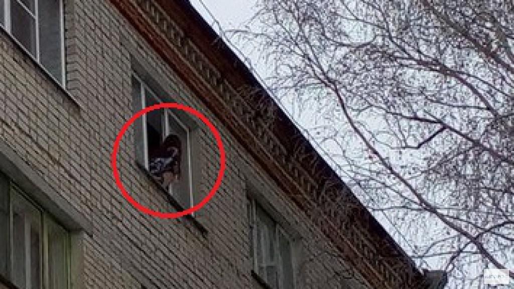 В Чебоксарах девушка час просидела на подоконнике, грозясь выпрыгнуть из окна