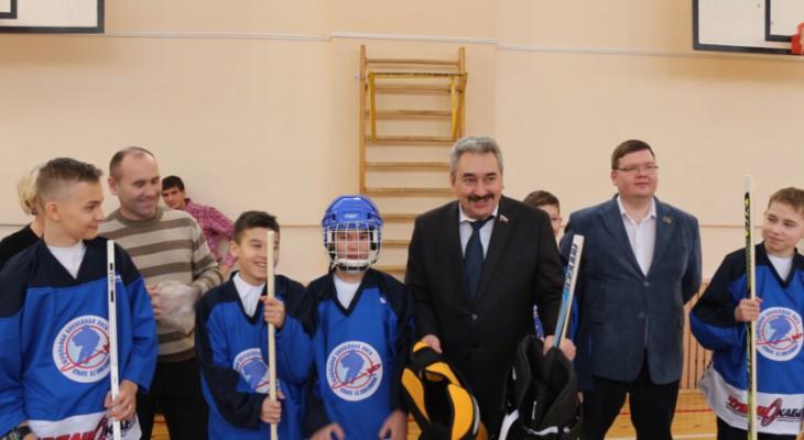Депутат Госдумы Леонид Черкесов вручил хоккейную экипировку новой чебоксарской хоккейной команде