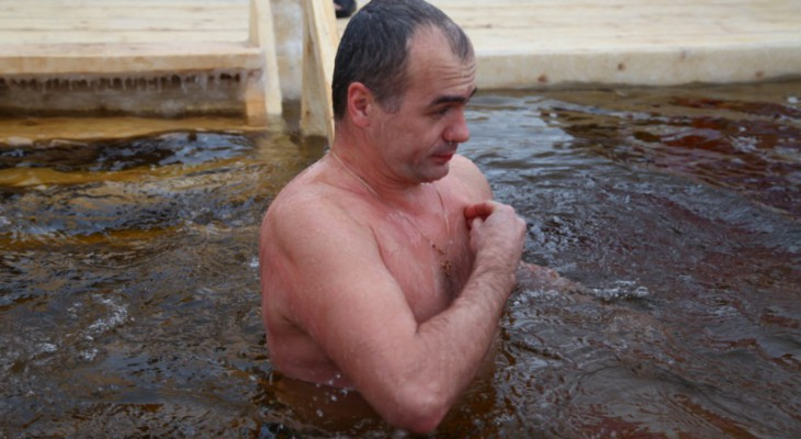 Ладыков и его команда нырнули в прорубь на Волге