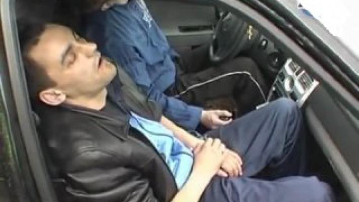 Отсосал у мужика в машине вместо телки