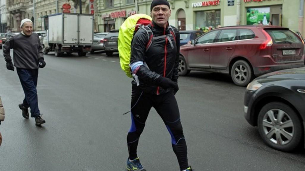 Мужчина отправился пешком в путь из Санкт-Петербурга в Чебоксары