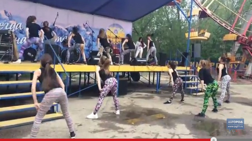 """В Чебоксарах в парке девочки исполнили скандальный танец """"пчелок"""" (Видео)"""