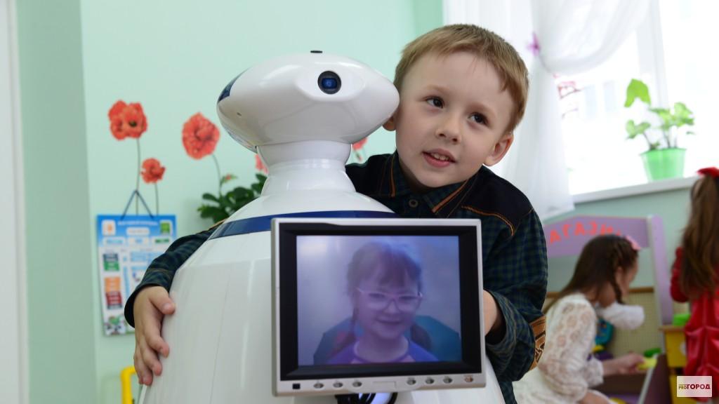 В Чебоксарах детей воспитывает робот и даже играет с ними в машинки