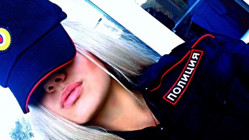 Девушки в форме полиции со спины