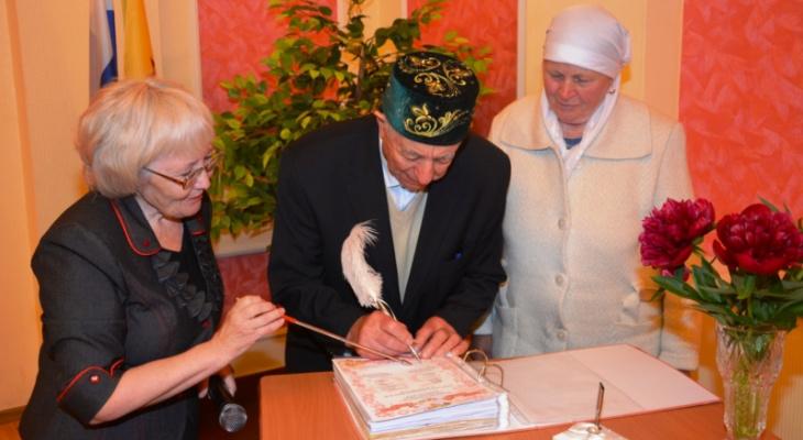 Во Дворце бракосочетания Батыревского района поздравили юбиляров семейной жизни