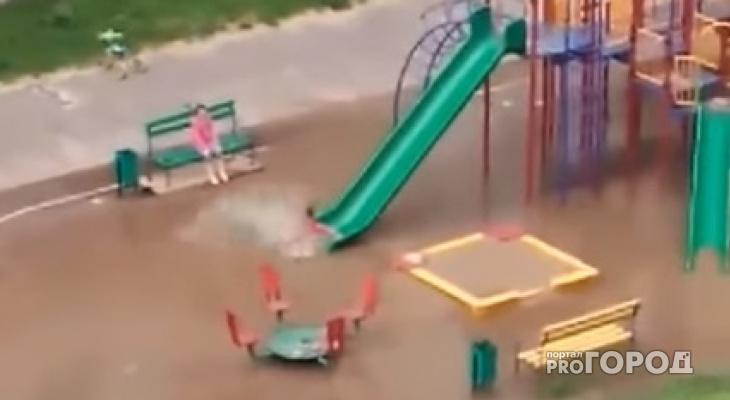 """В Чебоксарах детская площадка превратилась в """"аквапарк"""", где дети плюхаются с горки в лужу"""