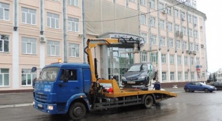 В Чебоксарах массово эвакуируют неправильно припаркованные машины