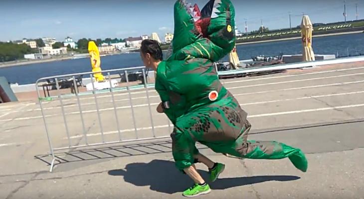 В Зеленом марафоне принял участие динозавр