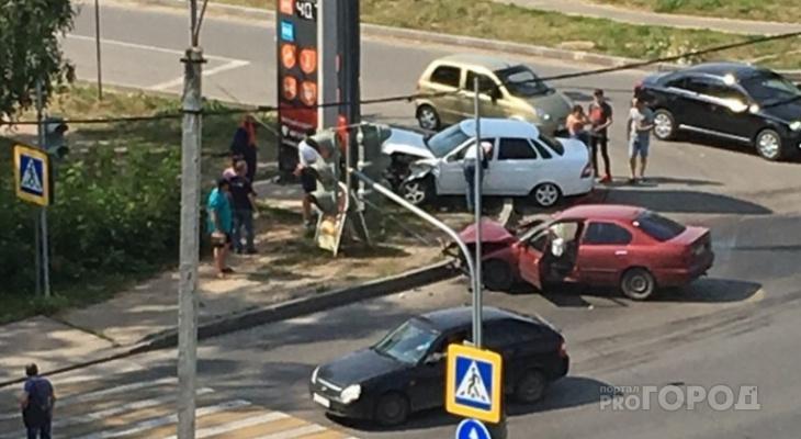 """В Новочебоксарске на перекрестке столкнулись иномарка и """"Приора"""""""