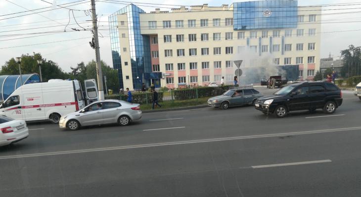 В Чебоксарах у здания пенсионного фонда загорелся старенький ВАЗ