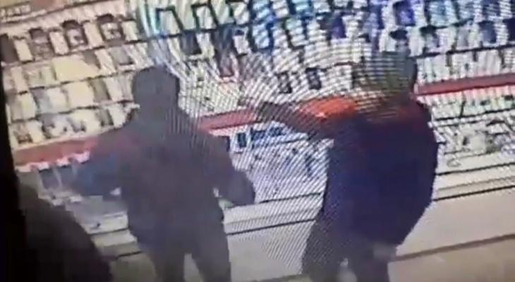 В Чебоксарах парни открыли витрину и похитили несколько мобильников