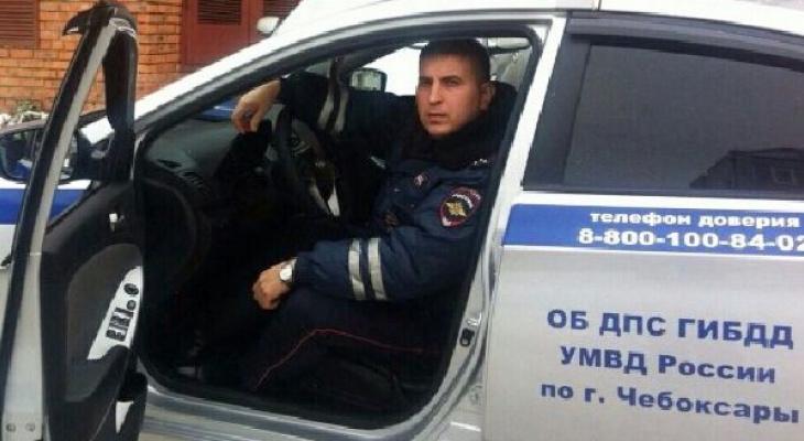 В Чебоксарах только полицейский согласился помочь водителю с заглохшей машиной