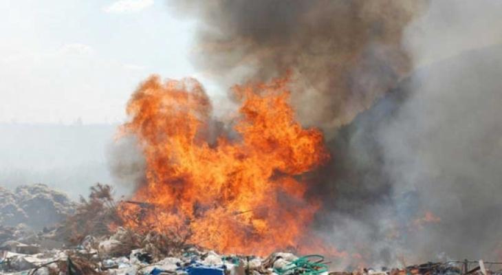 В Ядринском районе ярким заревом горела незаконная свалка