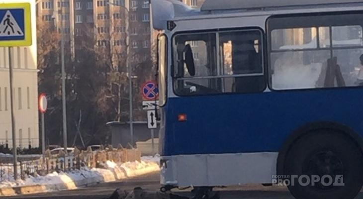 В Чебоксарах женщина вышла на дорогу и погибла под троллейбусом