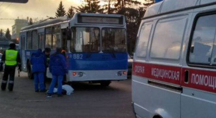 Появилось видео момента наезда троллейбуса на женщину