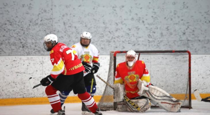 Чиновники Чувашии вместе с Игнатьевым начали спортивный год с хоккейной баталии