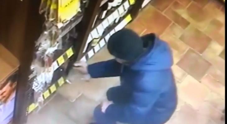В Чебоксарах мужчина расплатился несколько раз краденой банковской картой и попал в объектив камеры