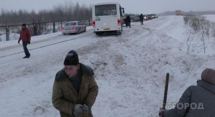 В Чебоксарском районе пассажирам пришлось вытаскивать автобус из снега