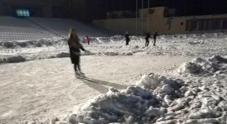 В Новочебоксарске за вход на заваленный снегом каток берут деньги