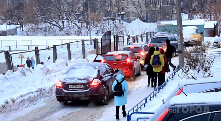 Школьники лавируют между дорогими машинами у входа в гимназию №4