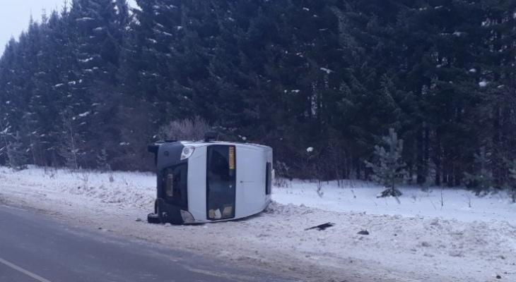 На трассе в Чувашии опрокинулся микроавтобус с пассажирами