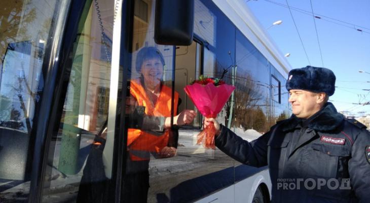 Инспектор ГИБДД подарил букет водителю троллейбуса, которая ни разу не нарушила ПДД