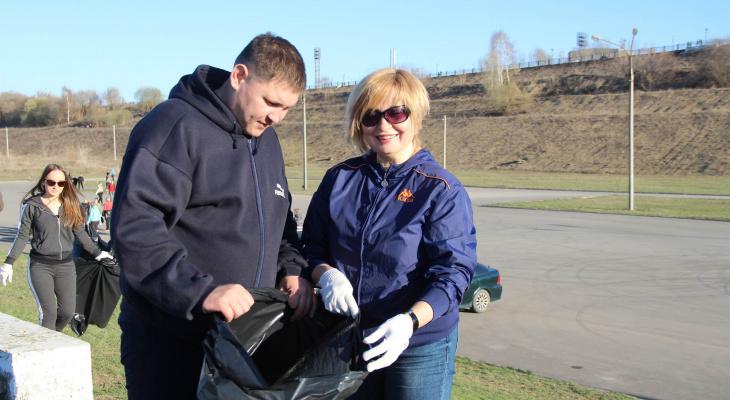 Мэрия Новочебоксарска среди недели занялась чисткой набережной