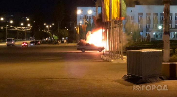 В Новочебоксарске автомобиль загорелся у здания администрации