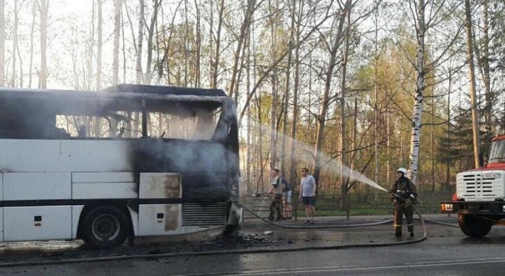 По дороге в Чебоксары сгорел пассажирский автобус
