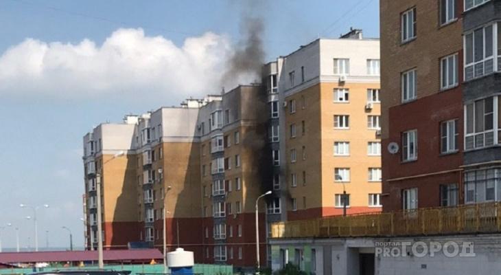 Внутри загоревшейся квартиры в Волжском-3 находилась мама с детьми