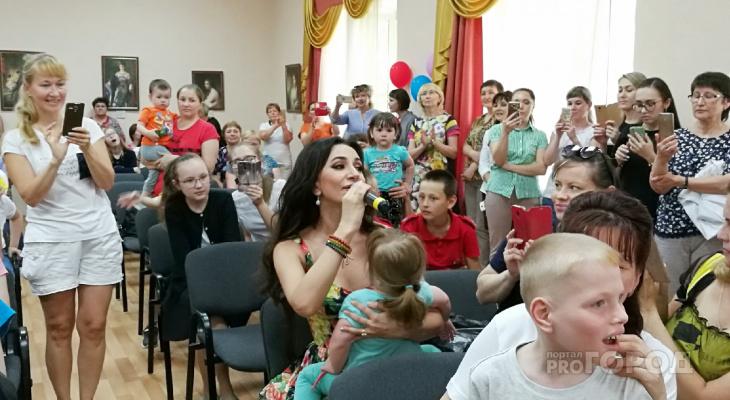 В Чебоксарах певица Зара выступила в детском реабилитационном центре
