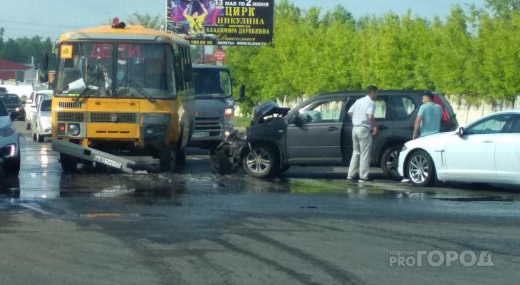 На Базовом проезде столкнулись школьный автобус и кроссовер