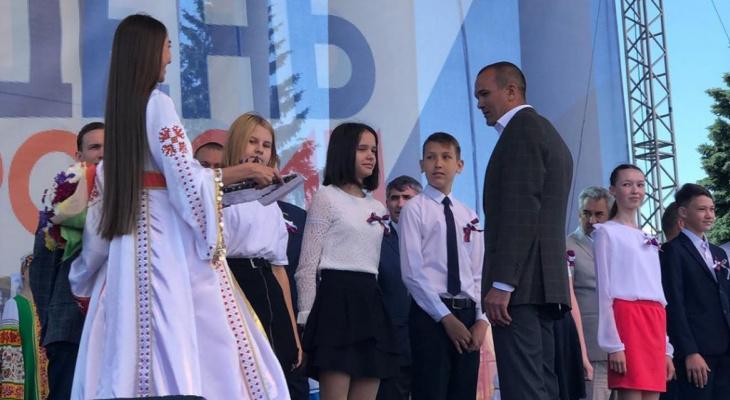 Игнатьев вручил паспорта 14-летним чебоксарцам