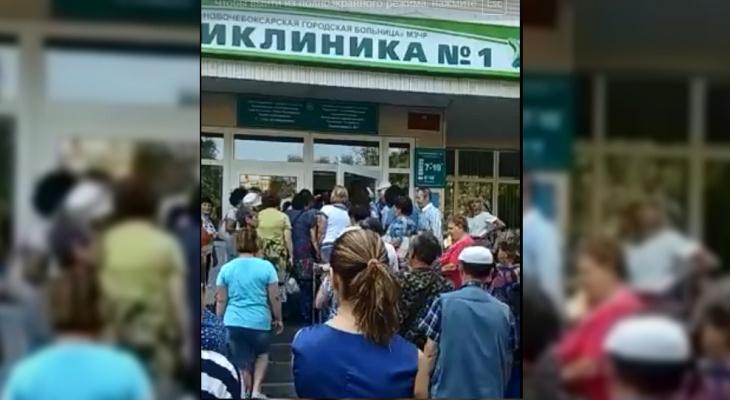 Главврач объяснил появление очереди у входа в новочебоксарскую больницу