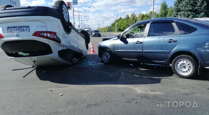 В Чебоксарах перевернулся Qashqai, и подбили полицейский автомобиль