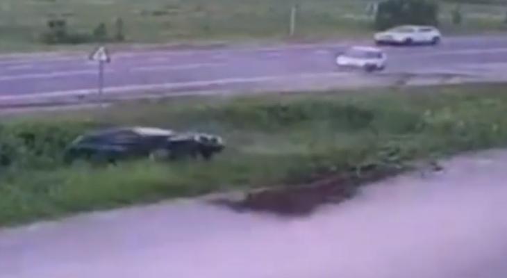 Момент опрокидывания Datsun в кювет попал на видео