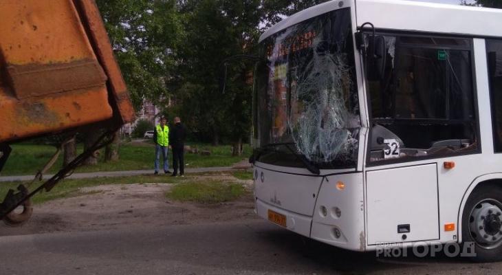 В Чебоксарах маршрутный автобус с пассажирами влетел в КамАЗ
