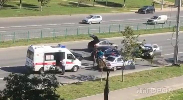 В Новоюжном районе легковушка влетела в столб и парализовала движение транспорта
