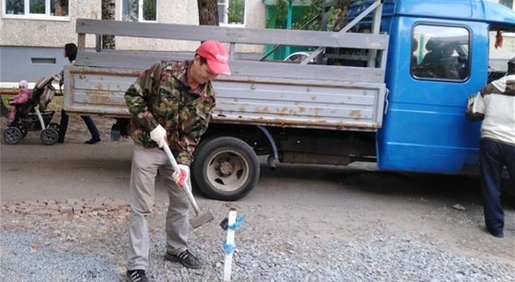 В Чебоксарах спецбригада срезала блокираторы на парковках