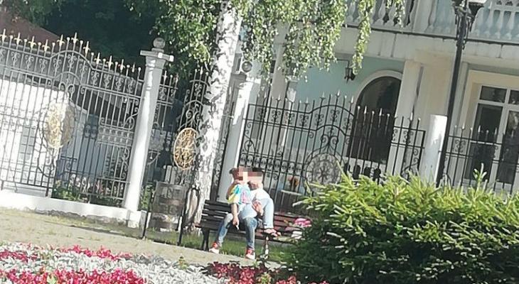 В соцсети обсуждают пару, которая целовалась у храма в Чебоксарах