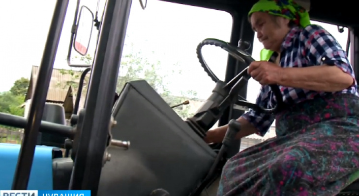 В Чувашии 75-летняя бабушка объездила всю республику на тракторе