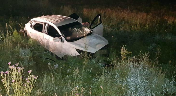 """В Чувашии водитель и пассажирка на """"Хендай"""" опрокинулись в кювет и погибли"""