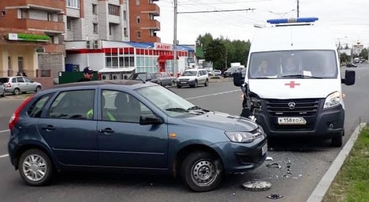 """Водитель """"Калины"""" пострадал в ДТП со скорой, но сразу же получил помощь"""