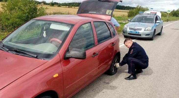 Инспекторы не проехали мимо и сами починили колесо женщине с ребенком