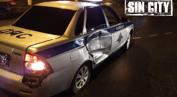 В Чебоксарах пьяный водитель подбил машину ГИБДД во время погони